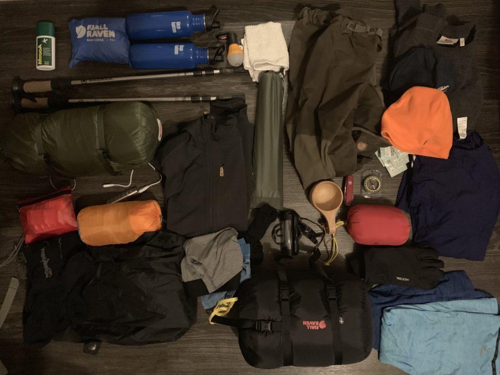 Att packa ryggsäcken. All utrustning som låg i Kajka 75 under Fjällräven Classic